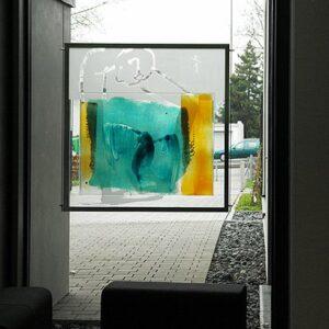 Der-Künstler-baut-sein-Nest stained glass Nabo Gaß
